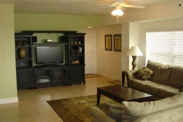 [Image: Outstanding Spacious 3bdrm/2BA End Unit - Oceanview, Beside Pool, Close to Beach]