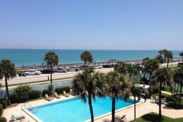 [Image: Rare Opportunity to Rent Beautiful & Spacious 3 Bedroom Oceanfront Condo]