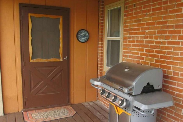 [Image: Encampment *** 1 Bdr House, Lg Private Yard, Washer/Dryer, & Grill on Porch]