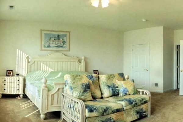 [Image: Beautifully Decorated, Comfortable Carriage Home--Sleeps 12]