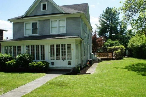 [Image: 4 Bedroom House Just a Short Walk to Greenbrier Resort]