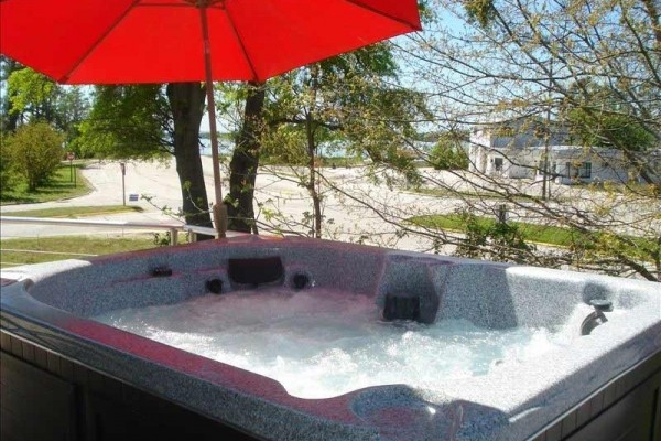 [Image: New Bern Round House! Brand New! Hot Tub Spa! River View!]